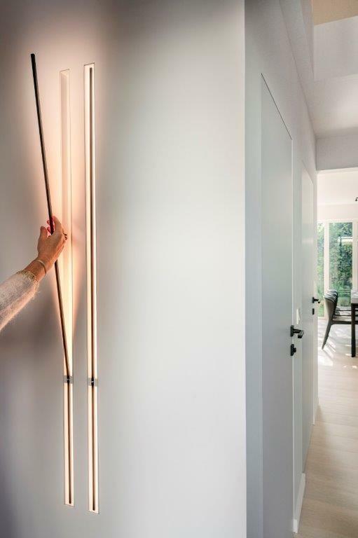 Indirecte verlichting aangebracht tegen een muurwand